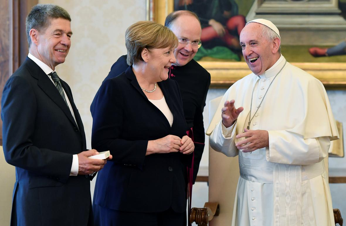 Angela Merkelové během audience u Františka