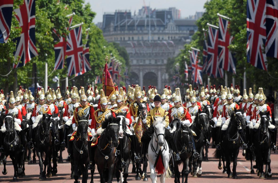 Vojenská přehlídka u příležitosti královniných 91. narozenin