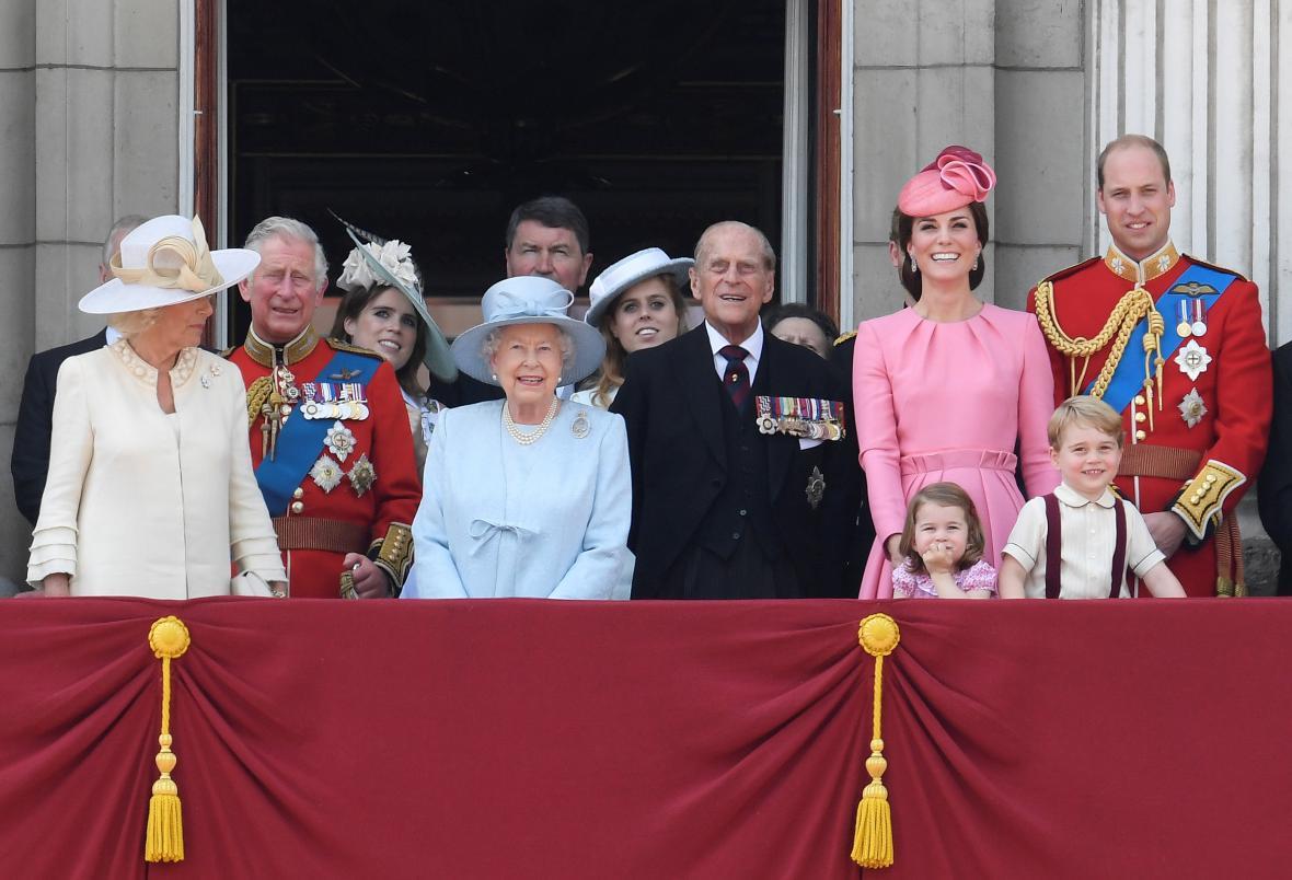 Králosvká rodina sleduje z balkonu Buckinghamského paláce slavnostní přelet