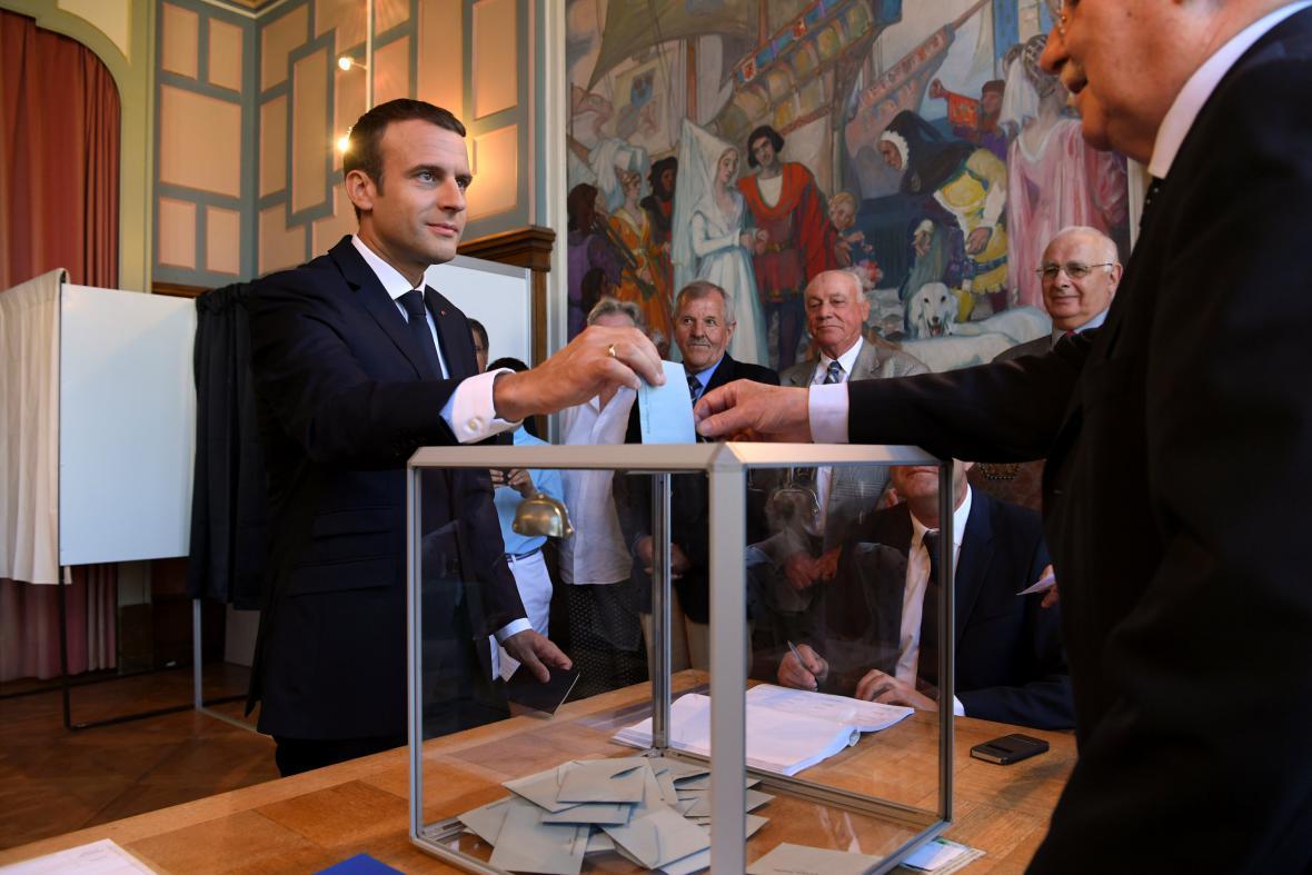 Macron u volební urny