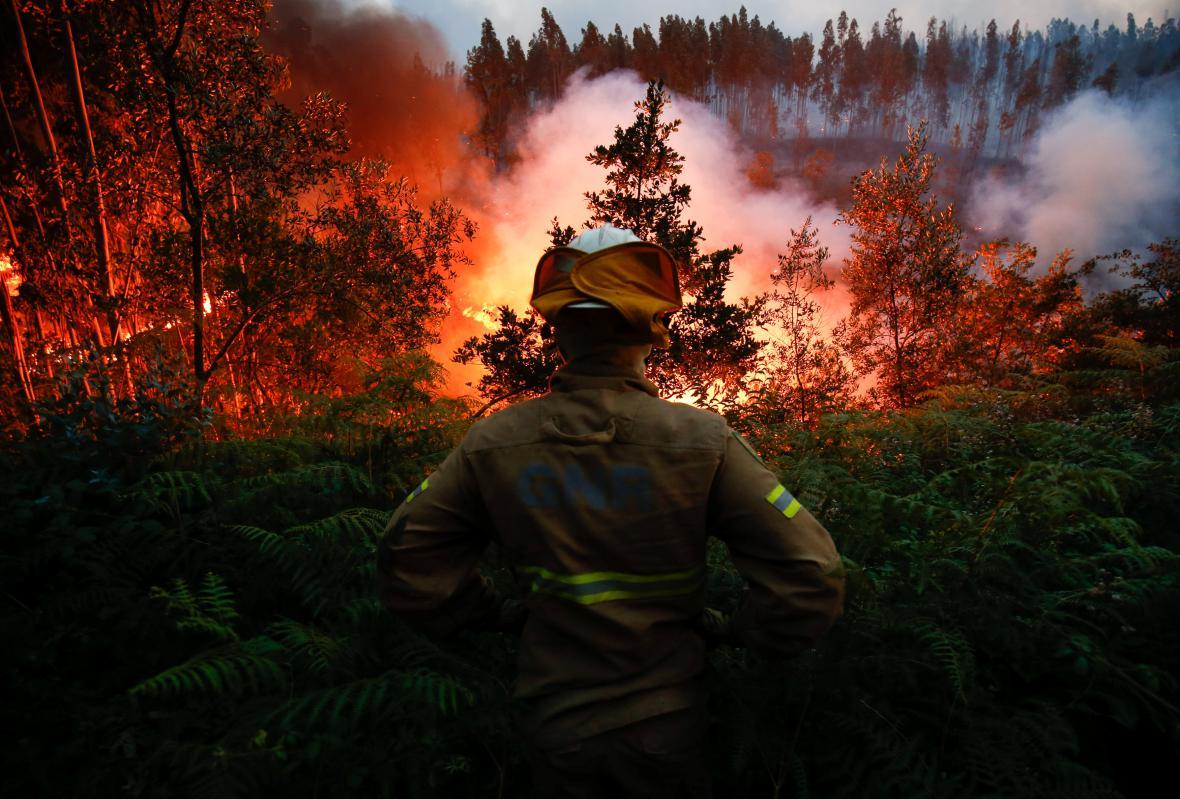 Hasič sleduje masivní požár v centrálním Portugalsku