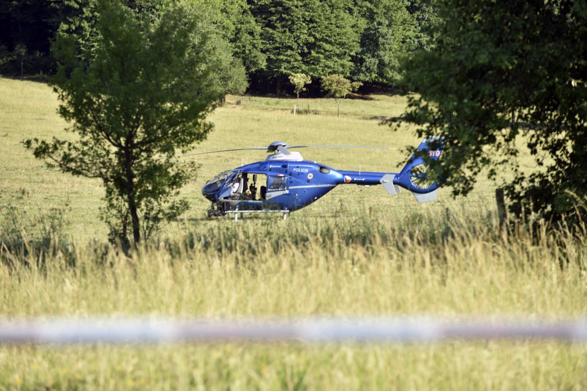 Vrtulník u Korytné na Uherskohradišťsku, kde policie po třech lupičích pátrala