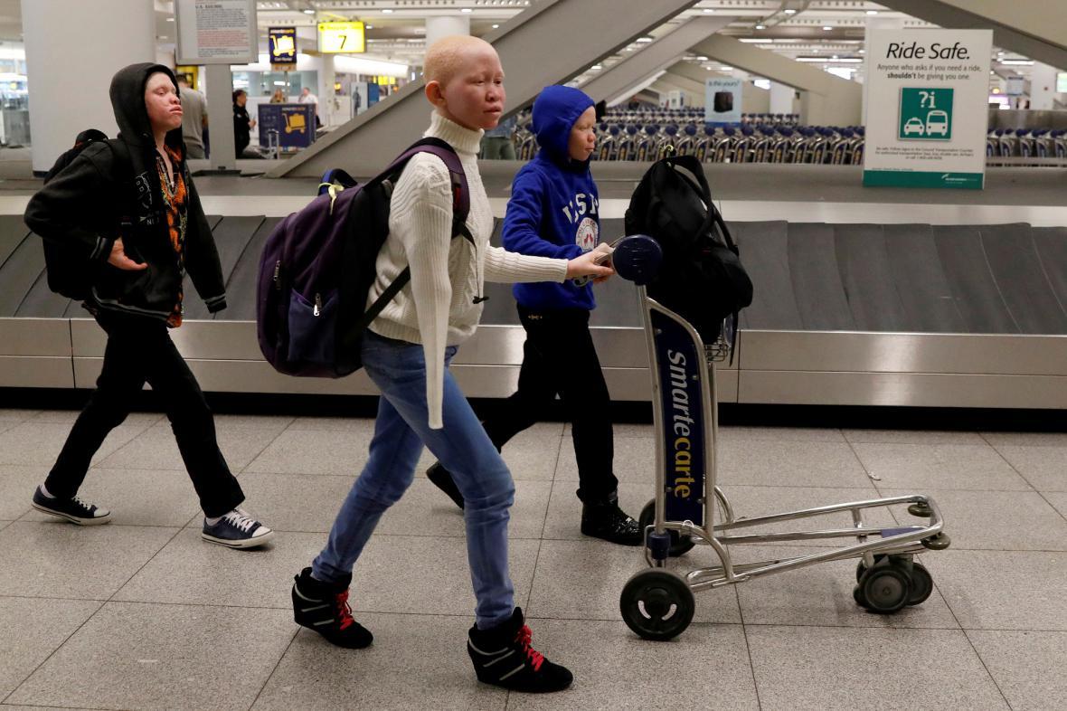 Trojice mladých Tanzánců přijela do USA za léčbou i bezpečím