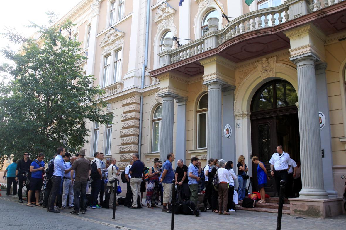 Novináři před budovou soudu v Kecskemétu
