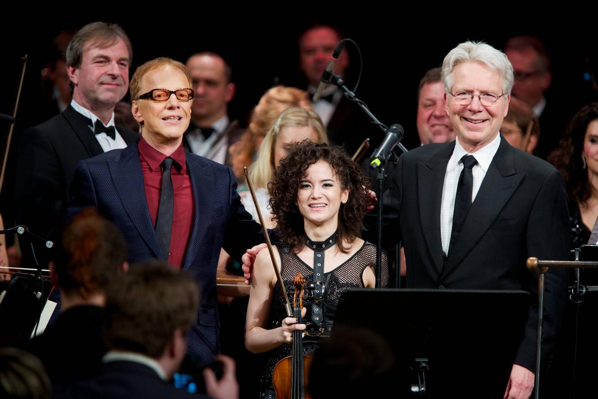 Danny Elfman (vpravo) s dirigentem Johnem Maucerim a houslistkou Sandy Cameron