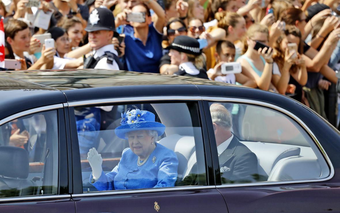 Královna Alžběta II. a princ Charles přijíždí do parlamentu