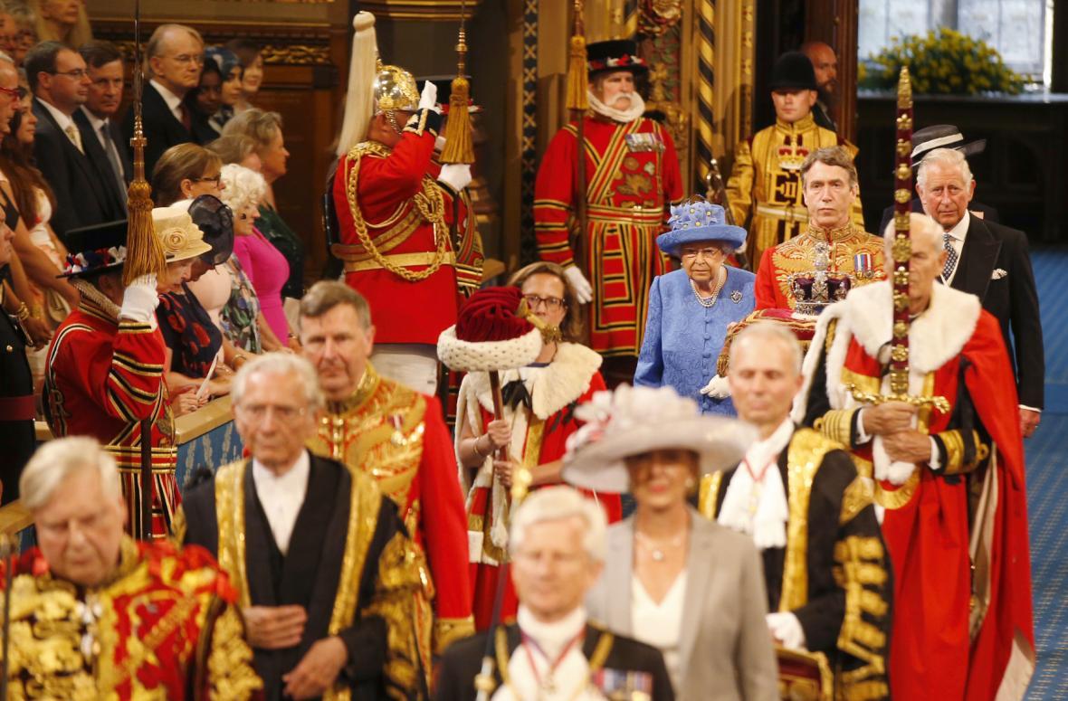 Alžběta II. na zahajovacím ceremoniálu britského parlamentu