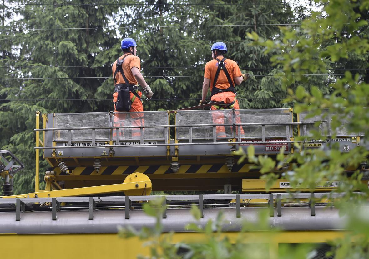 Pracovníci SŽDC opravují trakční vedení po bouři u Jihlávky na Jihlavsku