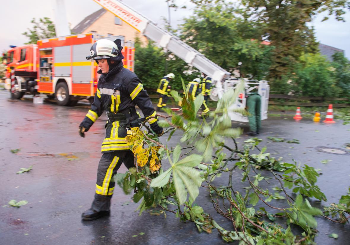 Odstraňování škod po bouřích, které zasáhly sever Německa