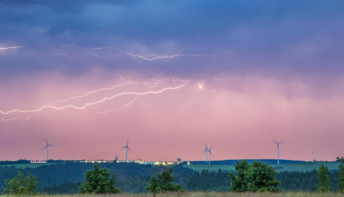 Záběry bouře nad Saskem
