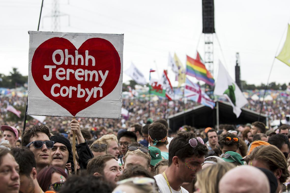 Fanoušci Jeremyho Corbyna na hudebním festivalu Glastonbury