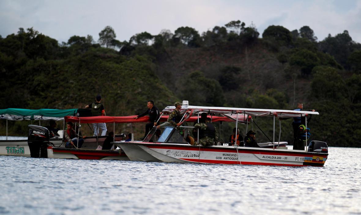 Záchranáři pátrají po pasažérech lodi