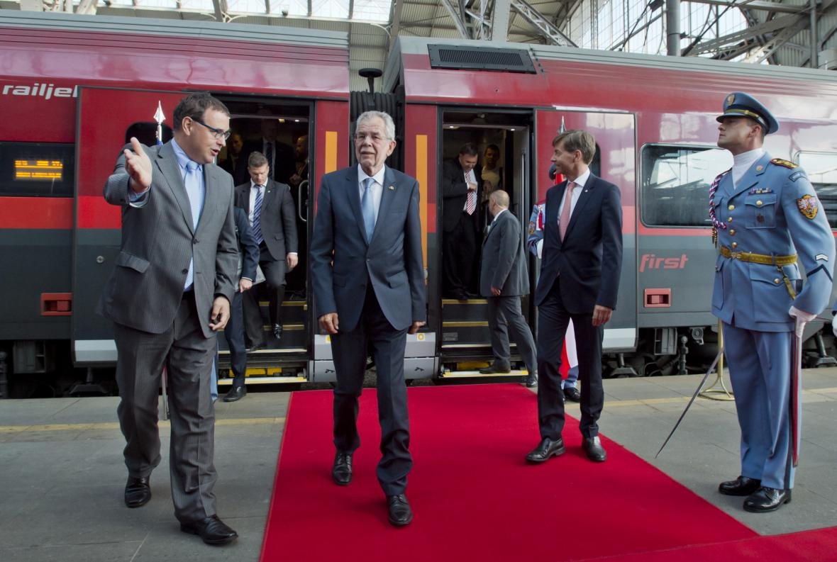 Rakouský prezident Alexander Van der Bellen (druhý zleva) přicestoval vlakem na pražské hlavní nádraží na dvoudenní oficiální návštěvu