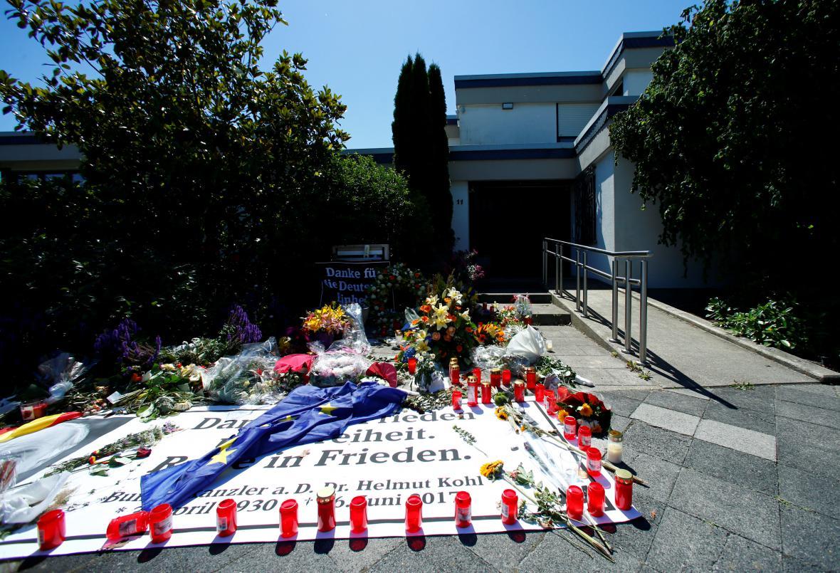 Květiny a svíčky před Kohlovým domem