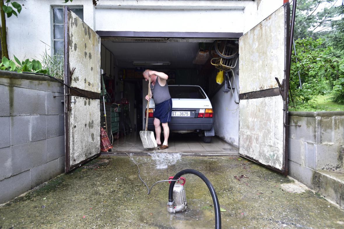 Déšť vyplavil garáž v Černošicích