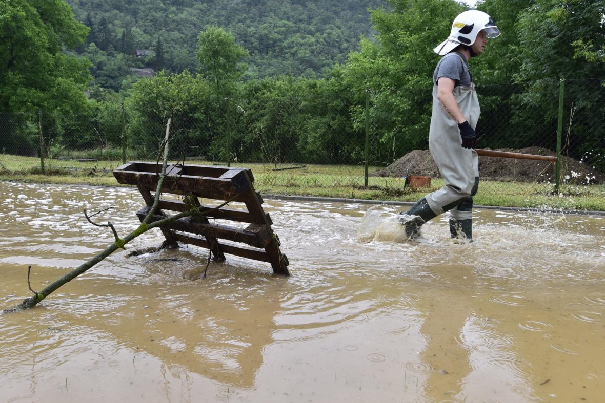 Zaplavený chodník v Černošicích