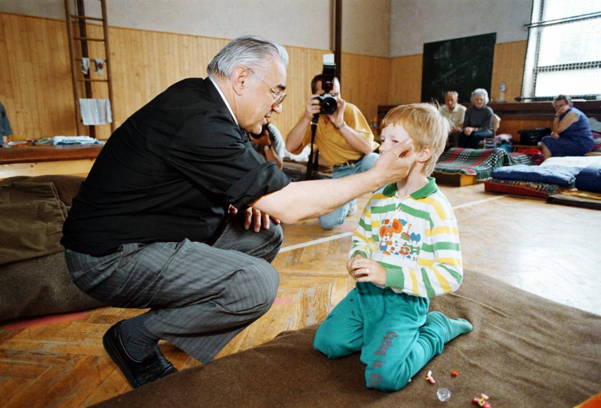 Kardinál Miloslav Vlk utěšuje evakuované obyvatele Olomouce