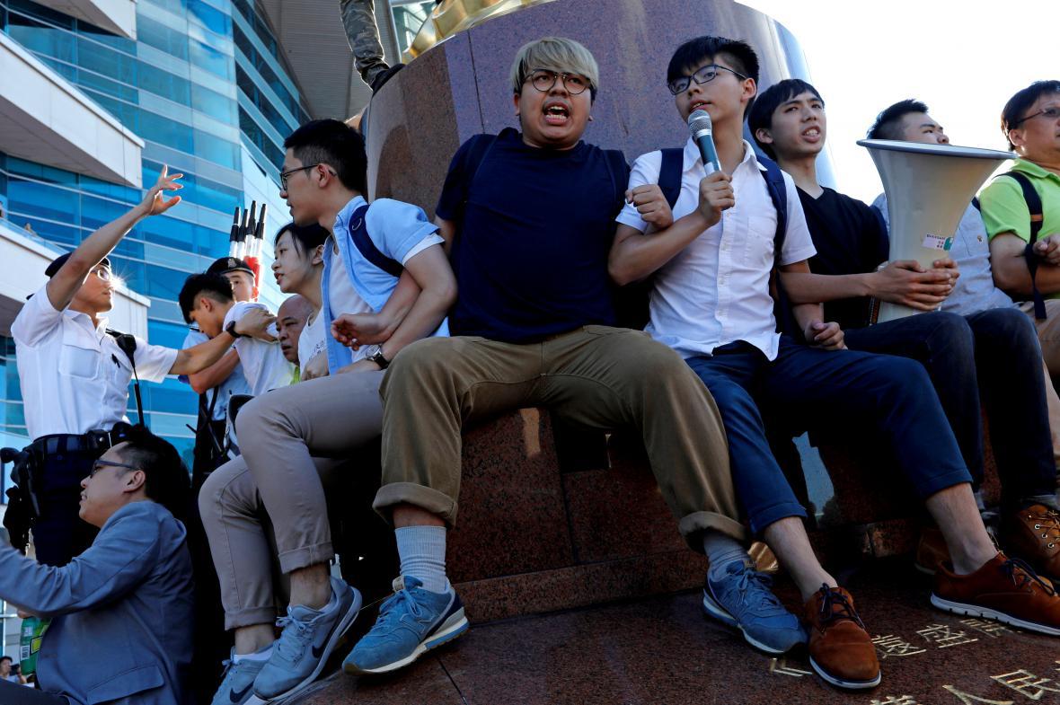 Demonstranti okupují sochu upomínající na znovupřevzetí Hongkongu Čínou