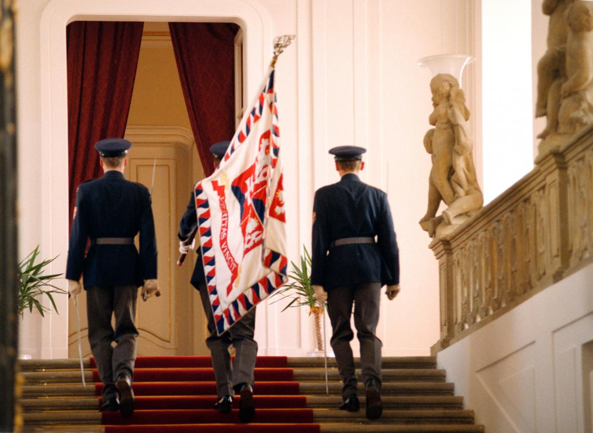 Vojáci Hradní stráže odnášejí prezidentskou standartu poté, co Václav Havel oznámil svou abdikaci (20. 7. 1992)