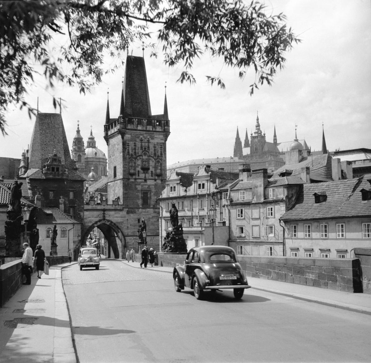 Karlův most v roce 1956. Tehdy po něm ještě jezdila auta