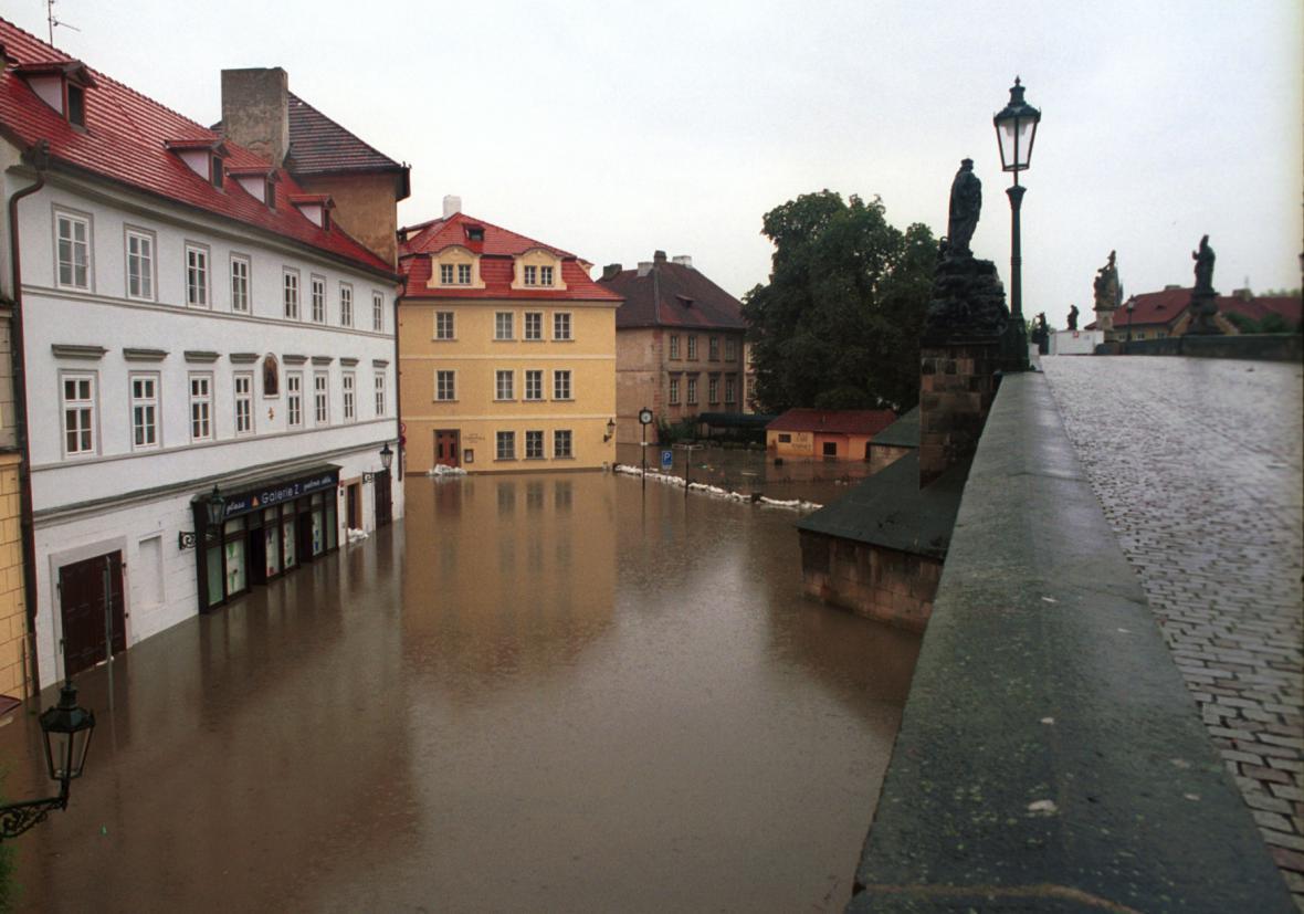 Povodni v roce 2002 Karlův most odolal