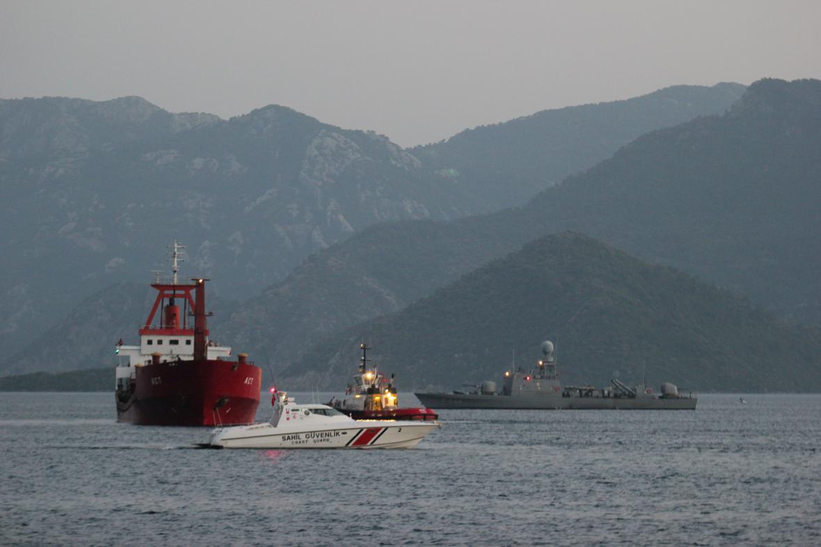 Loď doprovázená tureckou pobřežní stráží
