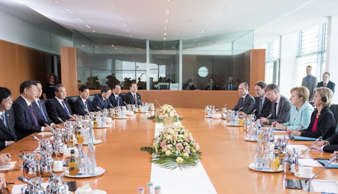 Delegace čínského prezidenta a německé kancléřky na společné schůzce v Berlíně