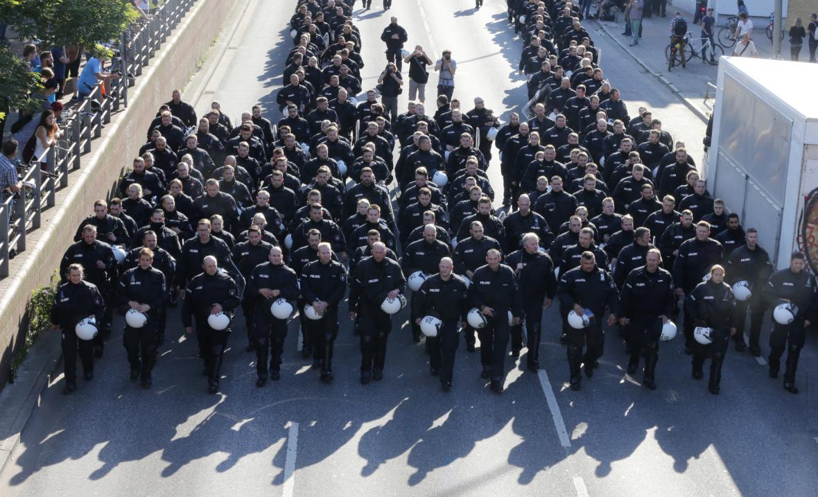 Do ulic města vyšly tisíce policistů