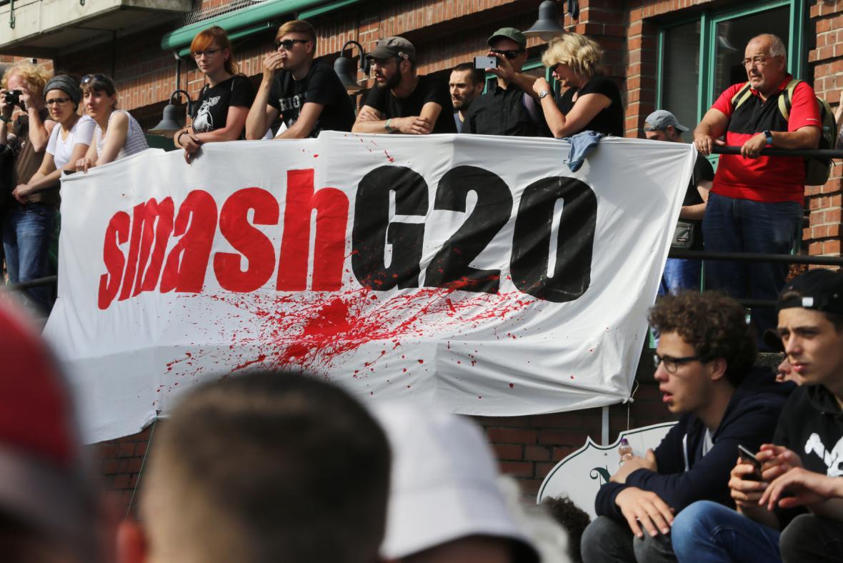 Demonstranti před začátkem hlavního hamburského protestu