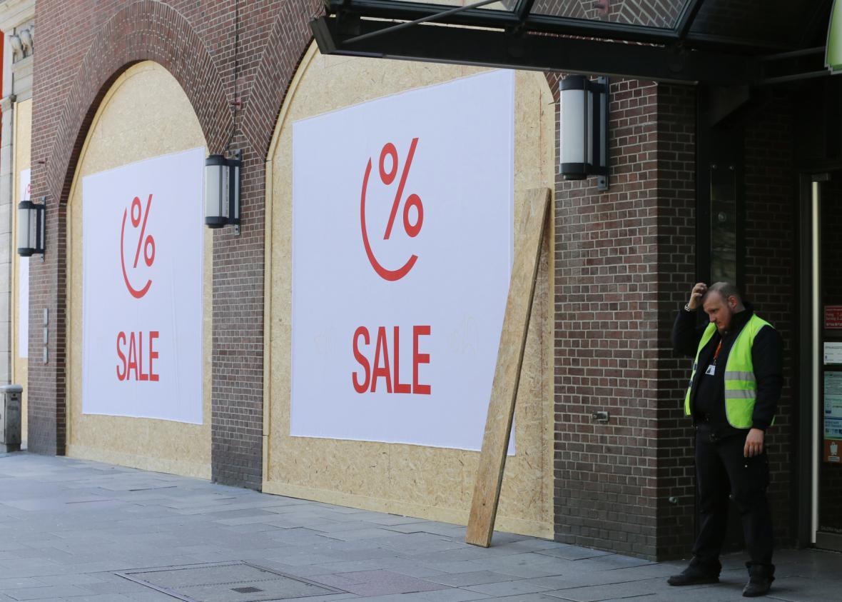 Zabedněné výlohy prodejny v Hamburku