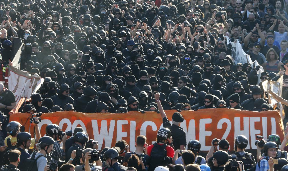 Zahalení demonstranti na protestu Vítejte v pekle