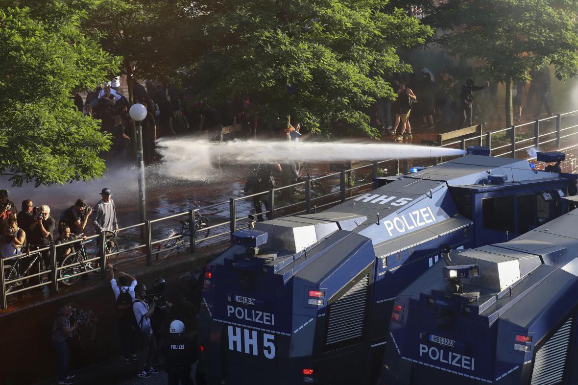 Policie nasadila vodní děla