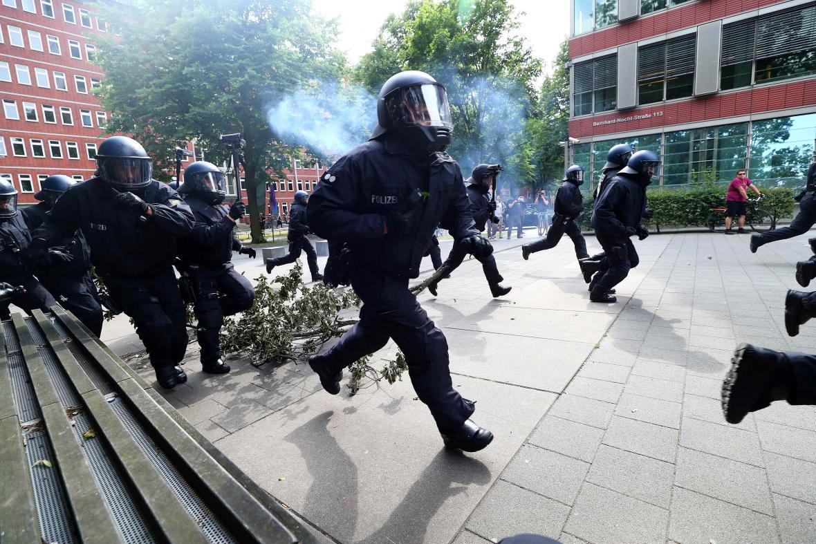 Policie zasahuje proti demonstrantům v Hamburku