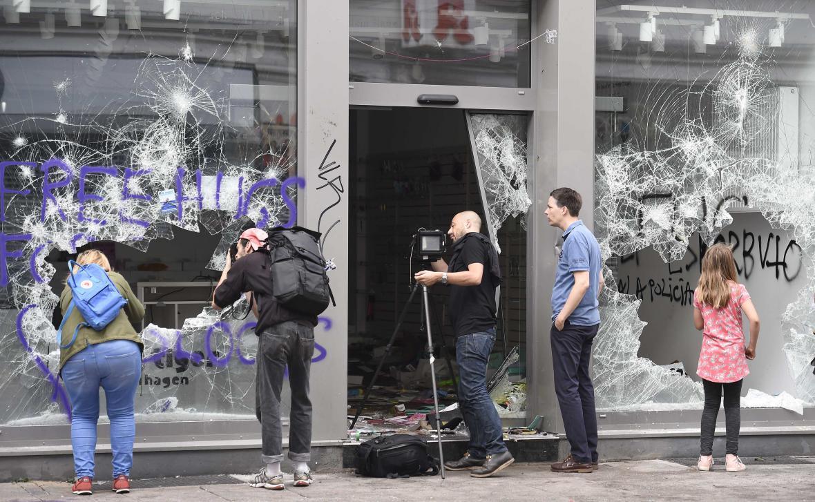 Obchod poškozený při demonstracích v Hamburku