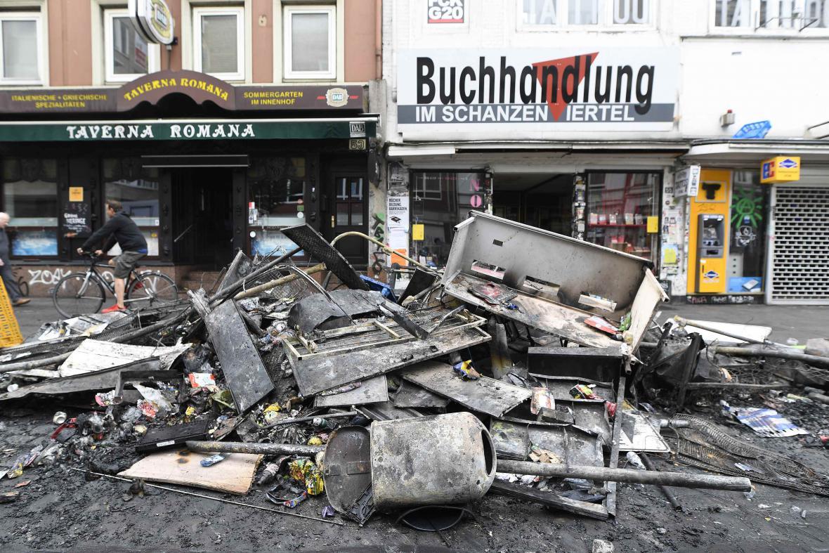 Škody na ulici po demonstraci v Hamburku