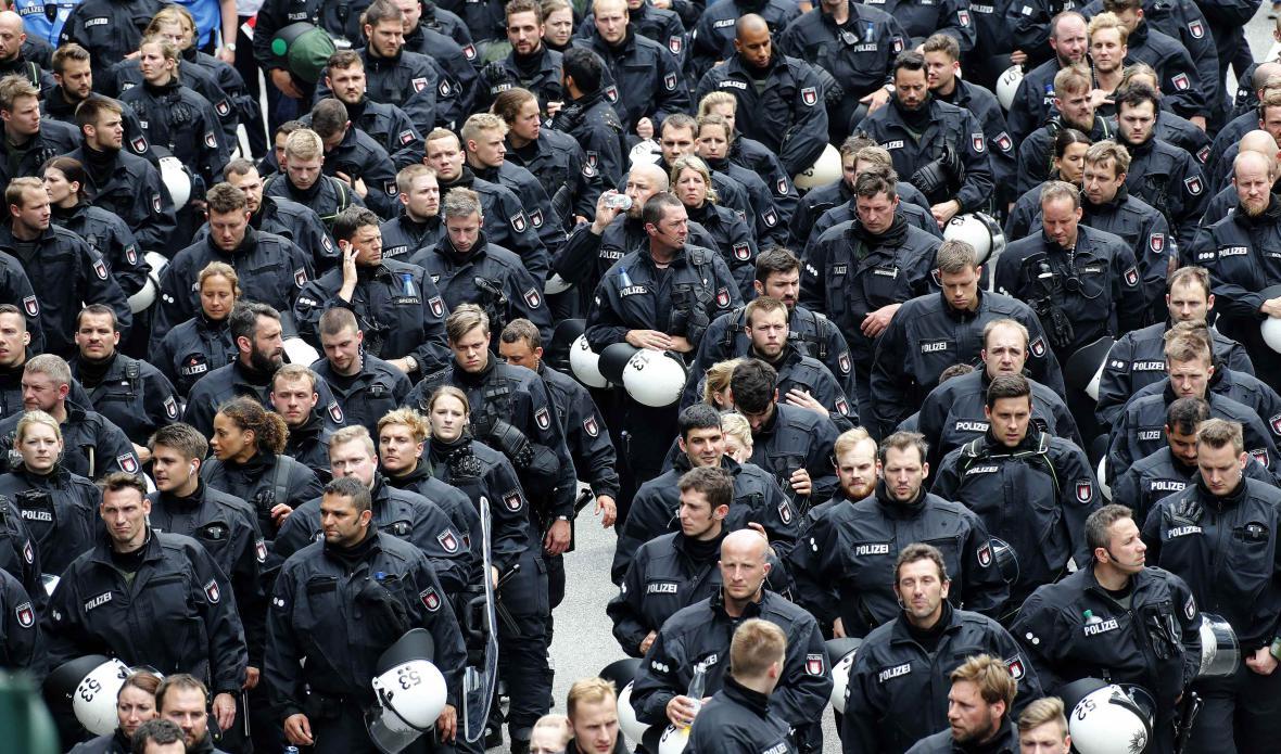 Policisté zajišťující bezpečnost při demonstraci během summitu G20 v Hamburku