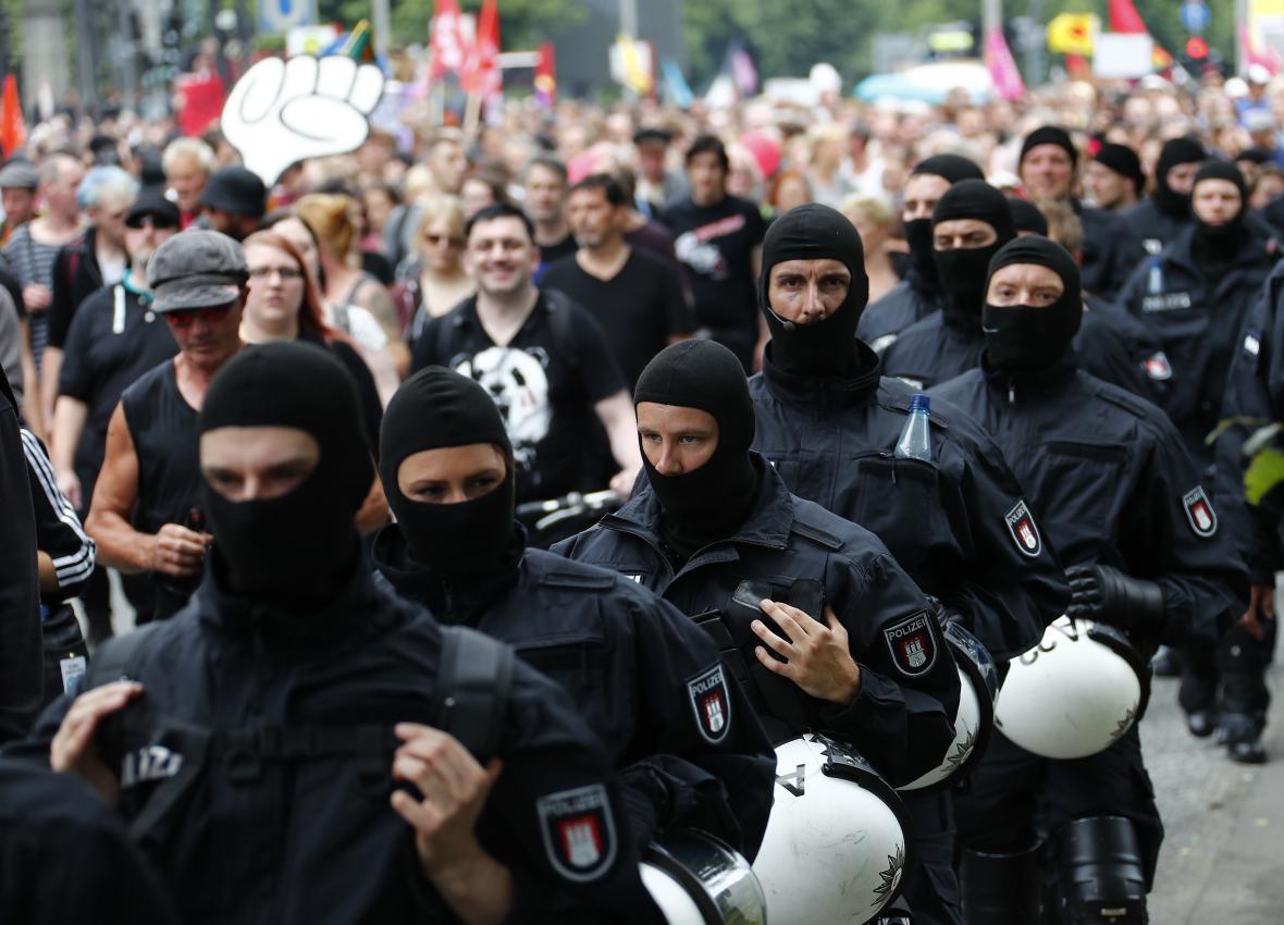 Policisté zajišťují bezpečnost při demonstrace během summitu G20 v Hamburku