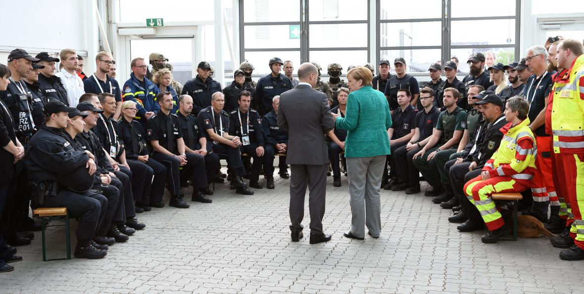 Merkelová se sešla s policisty, kteří byli v Hamburku během summitu nasazeni