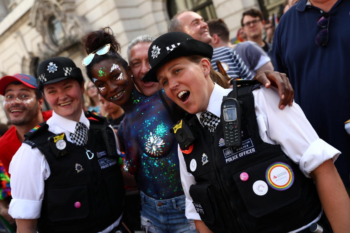 Policisté a záchranáři byli oslavovanými hrdiny letošního průvodu