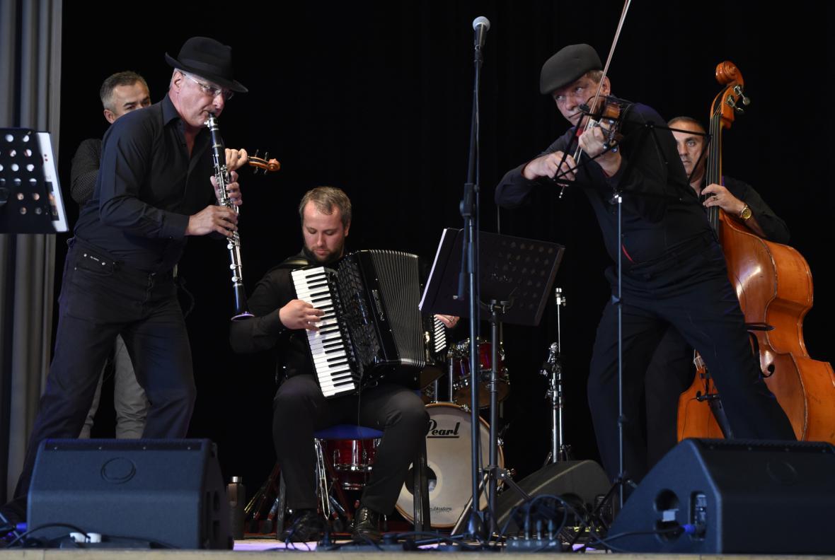 Kaschauer Klezmer Band při vystoupení v zámeckém skleníku v Boskovicích