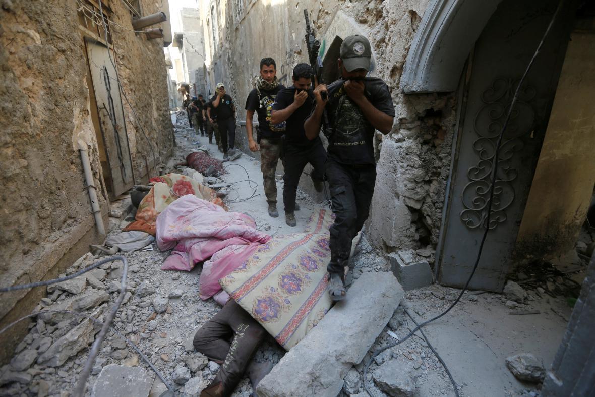 Irácká protiteroristická jednotka vedle těl bojovníků IS