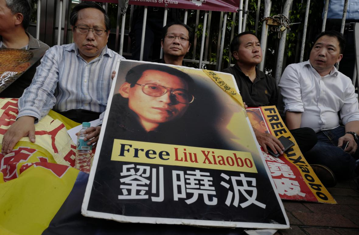 Demonstrace na podporu Lioua v Hongkongu
