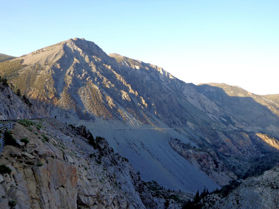 Průsmyk Tioga Pass vedoucí do Yosemitského národního parku