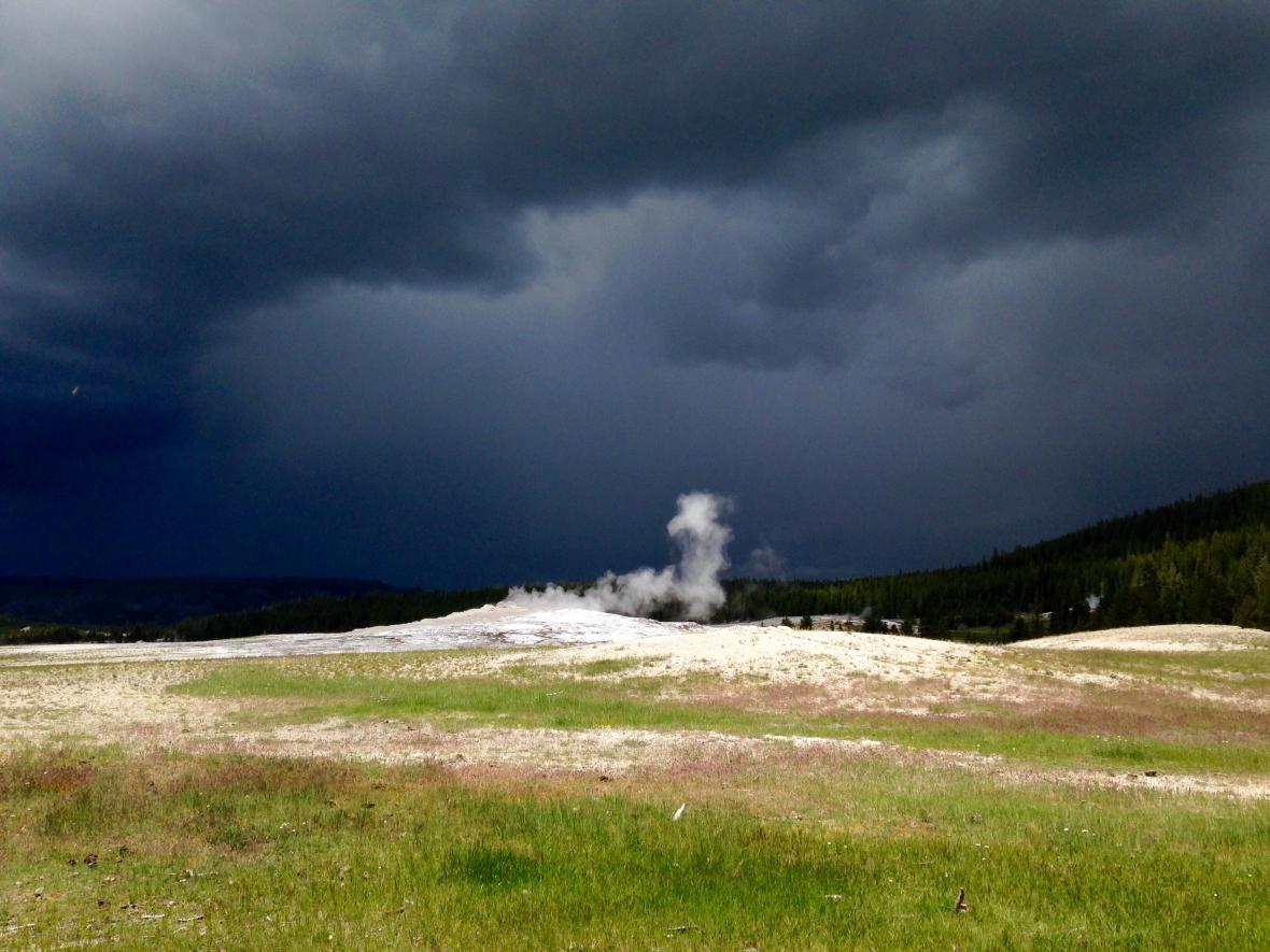 Bouře u gejzíru Old Faithful v Yellowstonu