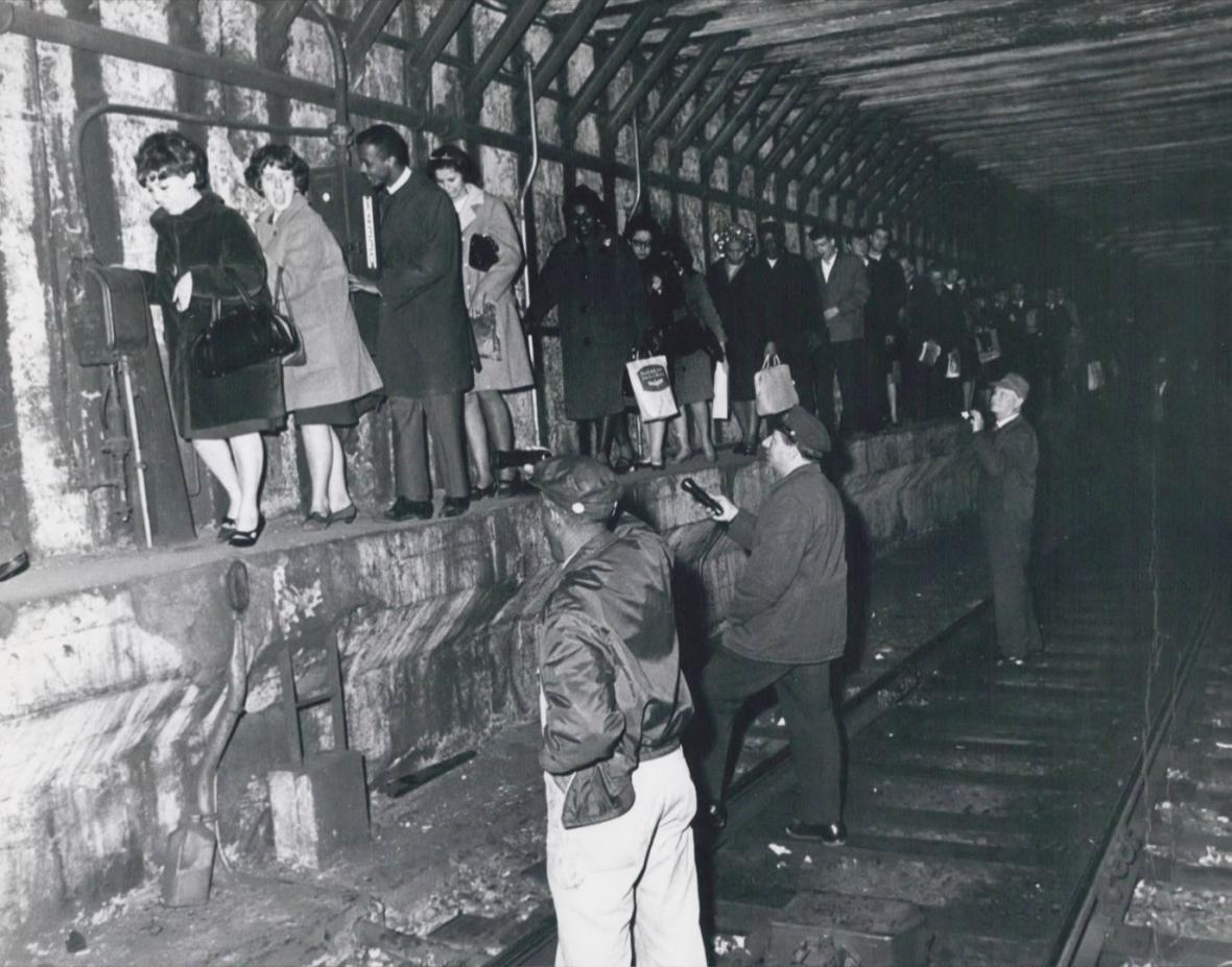 Lidé se snaží dostat z tunelu metra
