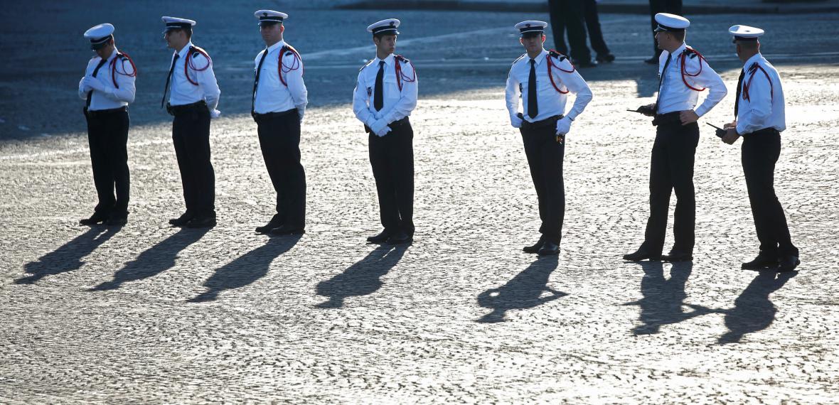 Na ceremonii dohlíží francouzská policie