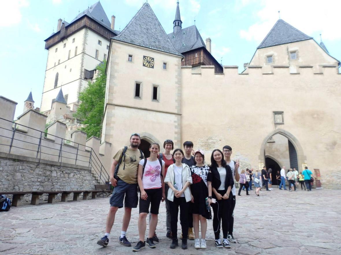 Mladí Číňané na prohlídce Karlštejna
