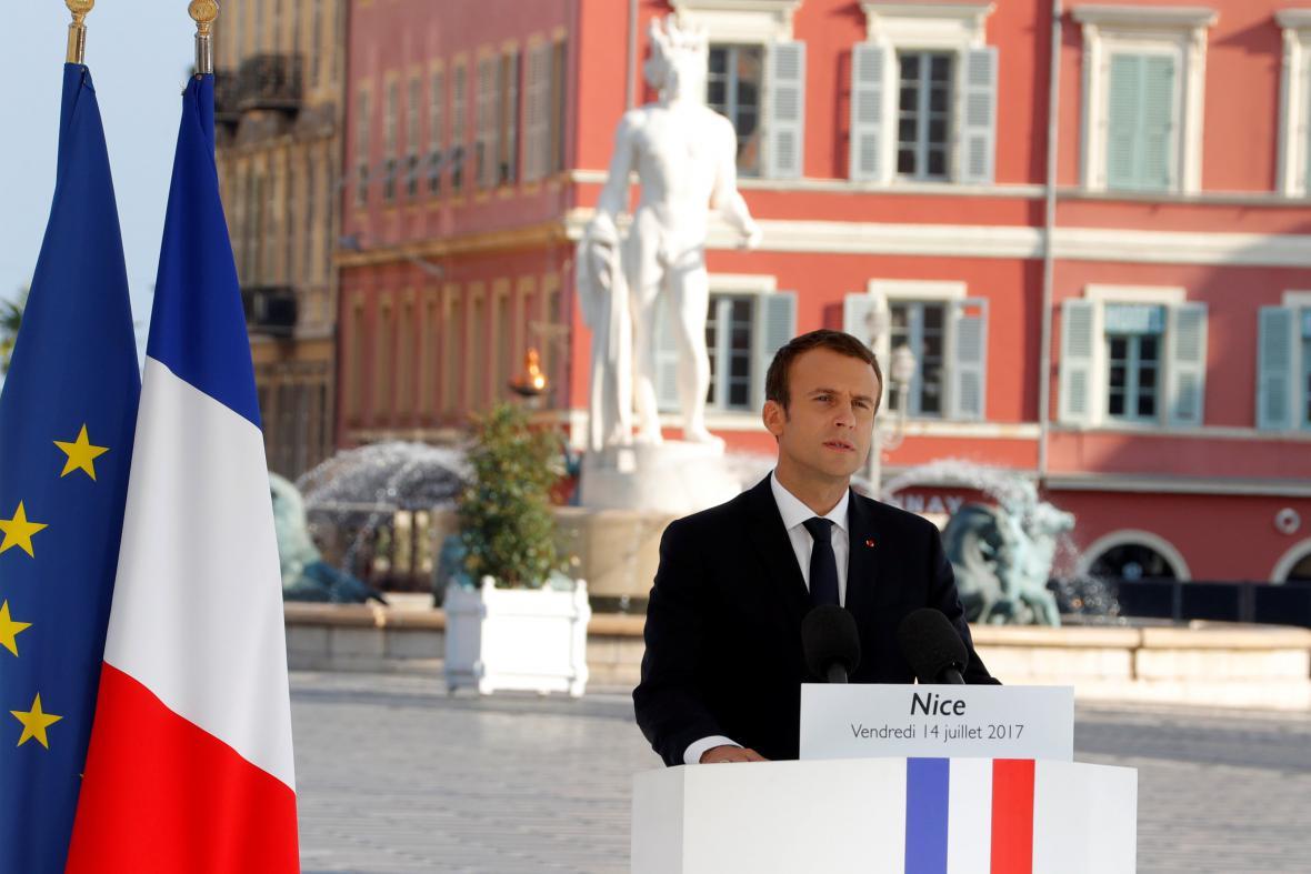 Emmanuel Macron během projevu v Nice