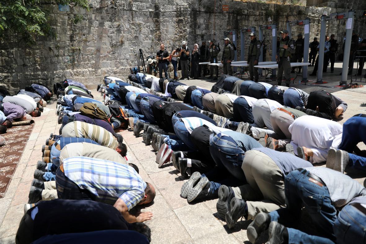 Palestinci se modlí v Jeruzalémě