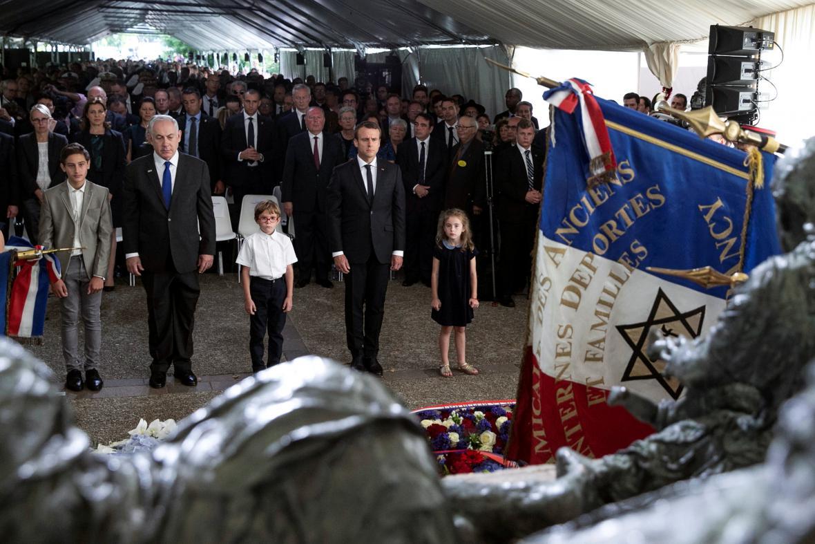 Benjamin Netanjahu a Emmanuel Macron uctili památku deportovaných Židů
